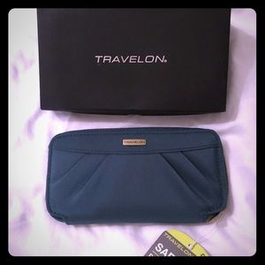 Travelon Wallet In forest green